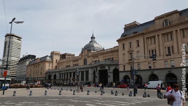 Retiro stotis, iš kurios driekiasi linijos į šiaurinius priemiesčius. Buenos Airių klestėjimo laikotarpiu traukinių stotys, kaip ir teatrai, buvo tikras miesto pasididžiavimas