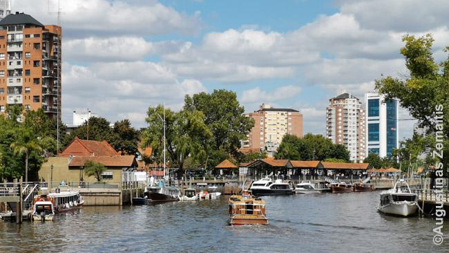 Tigrės kanalas, kur populiaru pasiplaukioti, o kai kurie žmonės iš čia išplaukia į savo nutolusius atokius namus kažkur Paranos deltos salose