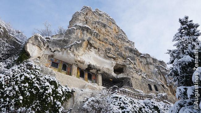 Besarabovo vienuolynas olose. Dar yra bent keli vienuoliai