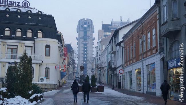Bulgarijos kontrastai Šumeno mieste - nebaigtas komunistinis paštas pagrindinės gatvės gale