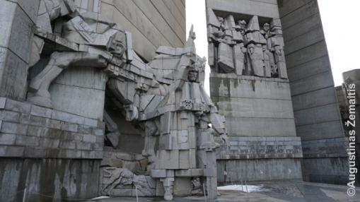 Simboliškos skulptūros memorialo viduje