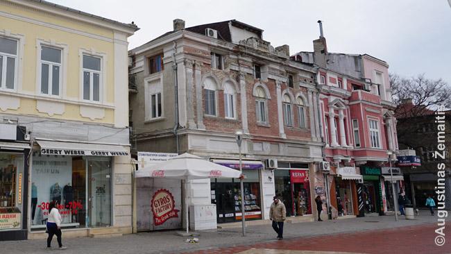 Varnos senamiestis. Tiesa, vidurinio pastato fasadas gerokai subjaurotas frizuose iškalus naujus langus - atrodo, tai nekontroliuojama, arba korupcija Bulgarijoje sprendžia viską