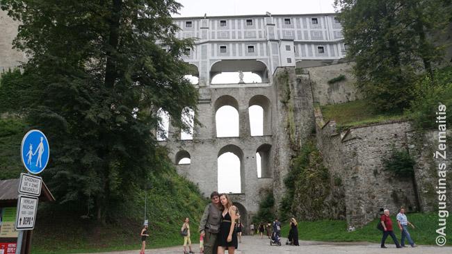 Česky Krumlovo pilies tiltas su trimis praėjimų aukštais. Viršutinis aukštas buvo skirtas ėjimui į sodą, vidurinis - šeimininkui į teatrą (kad galėtų išsmukti nepastebėtas, kai jį visi jau pamatė), o apatinis - visiems žmonėms