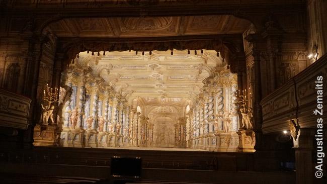 Teatras. Pasuki rūsyje skriemulius - ir visos dekoracijos pasikeičia per kelias sekundes! Viskas iš medžio, tad daugelis panašių rūmų teatrų Europoje sudegė. Per šiuolaikinius vaidinimus tikros žvakės pakeistos dirbtinėmis.
