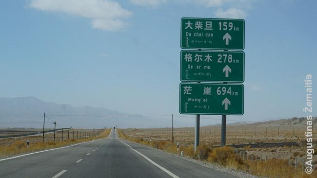 Keturiomis rašto sistemomis parašytos nuorodos kelyje per plyną Činghajaus plynaukštę