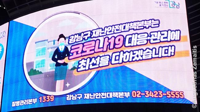 Korėjoje gausu įspėjimų, mokomųjų laidelių kaip saugotis nuo COVID viešuosiuose ekranuose - bet ne draudimų