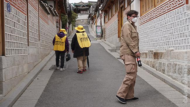 Seulo senamiestyje. Siurrealistiškai atrodo moterys ir vyrai, vaikštinėjantys tuščiomis gatvėmis su užrašais 'Laikykitės tylos!' ant nugaros. Kad tai suprastum, turi mintimis grįžti pusmetį atgal. Kai siaurose gatvelėse tarp plonasienių tradicinių namų knibždėjo turistų ir vietiniams gyventojams jie taip trukdė, kad štai pasikvietė tokius 'triukšmo tvarkdarius' ir iškabino ženklus, kad rajono lankyti vakarais, rytais ar savaitgaliais negalima.