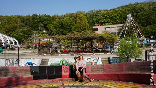 Įsijautę į korėjietišką pozavimą apleistame atrakcionų parke