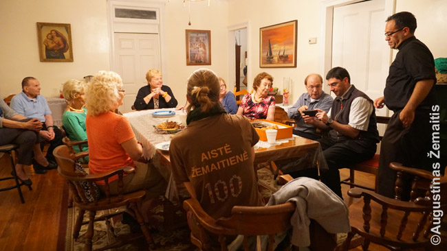 Bridžporto lietuvių bendra vakarienė parapijos salėje kartu su argentiniečiu kunigu