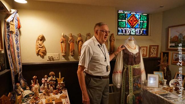 Į bažnyčios kambarėlį sunešti lietuvių muziejaus daiktai
