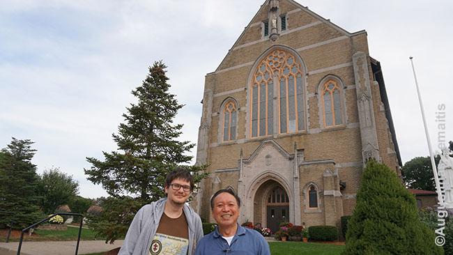 Vietnamietis klebonas pasitinka prie Aušros Vartų lietuvių bažnyčios