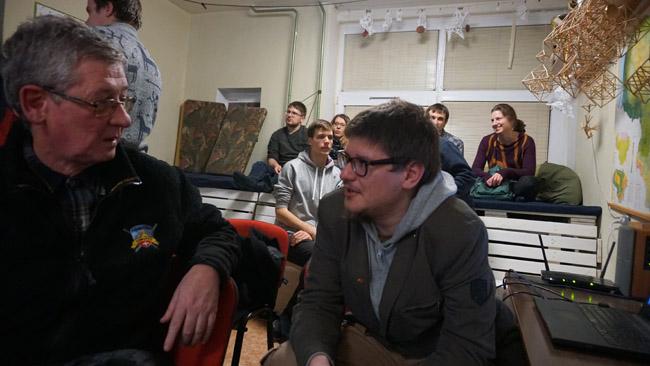 Klausytojas užduoda klausimą Augustinui Žemaičiui po 'Tikslas - Amerika' pristatymo VU Žygeivių klube
