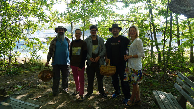 'Tikslas - Amerika' atstovai, V. Labzintytė (dešinėje) ir sutikti grybaujantys vienuoliai, vienas kurių - iš Lietuvos, Kenebunkporto lietuviško parko pasivaikščiojimo take