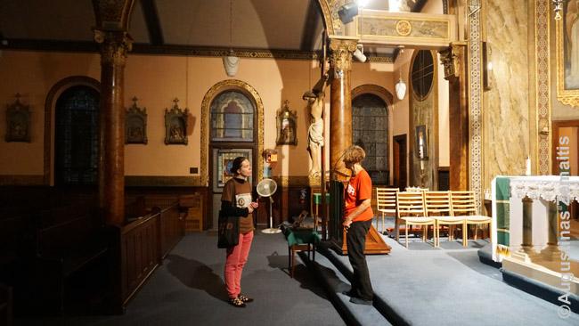 Į Atolo bažnyčią įleido aplinką tvarkiusi airė, tačiau šviesą težinojo kaip įjungti tik prie altoriaus. Tad teko mėginti fotografuoti su ilgu išlaikymu tamsoje