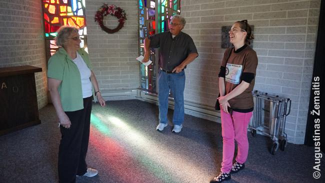 Vietos lietuvis Joseph Šatas pasakoja Šv. Onos koplyčios istoriją jos viduje (per vidurį). Kairėje - Berenice Aviza, viena Aukštutinio Niujorko lietuvybės saugotojų