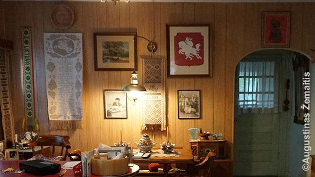 Viena daugybės lietuviškų eksponatų sienų Eddie Žiaušio namuose