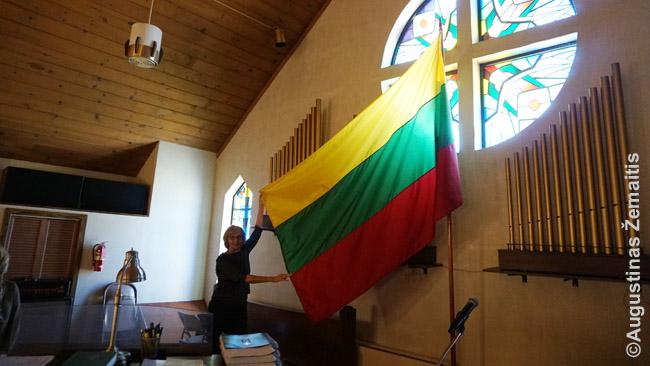 Vietos lietuvė džiaugiasi, kad jos bažnyčioje Lietuvos vėliava palikta - nors ir perkelta nuo altoriaus į vietą prie choro, kur matosi mažiau