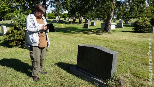Augustinas Žemaitis pažymi Henriko Radausko kapo (dešinėje) Vašingtone koordinates