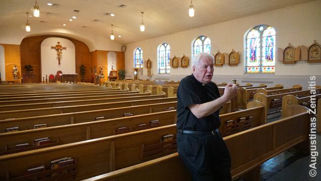 Daug dešimtmečių čia dirbęs Šv. Jurgio lietuvių bažnyčios klebonas Anderlonis pasakoja bažnyčios istoriją. Dabar parapija oficialiai nebelietuviška, jis perkeltas į kitą - didesnę ir svarbesnę - parapija, tačiau širdis - vis tiek čia