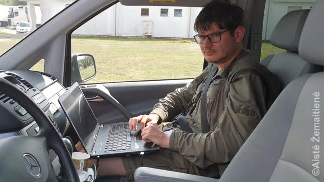 Įprastinė mano darbo vieta automobilyje, prijungus kompiuterį per inverterį