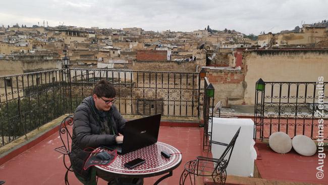 Darbas per atstumą nuo Maroko riado stogo