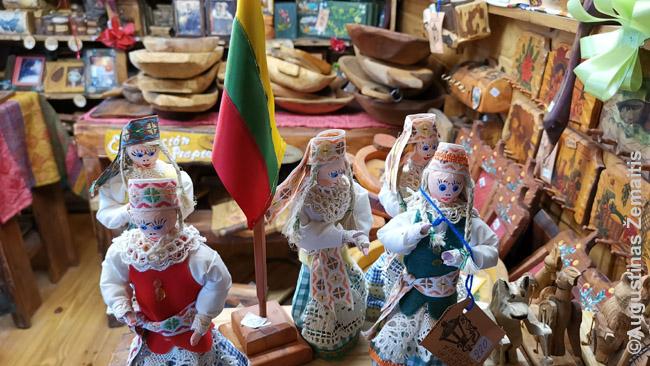 Argentinos lietuvių atokiame Eskelio miestelyje valdoma suvenyrų parduotuvė. Ji ir taip buvo neatnaujinusi kainų kartu su infliacija, tad viskas, palyginus su kitur, buvo be galo pigu. O ir lietuvius, įkūrusius ir lietuvių muziejų, norėjosi paremti. Nesiderėjau.