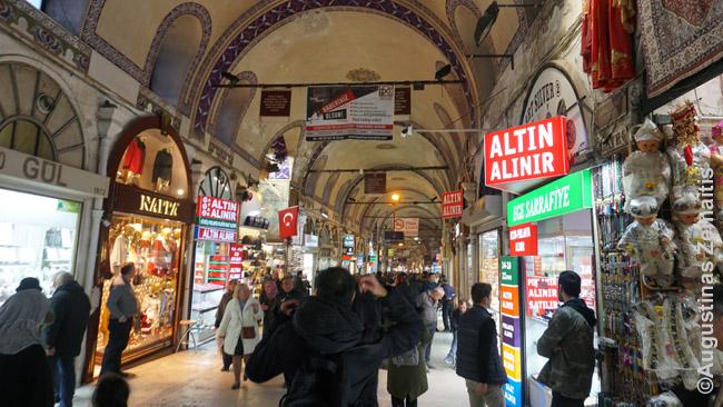 Turistų numylėtas senasis Stambulo didysis turgus. Čia visi prekeiviai siūlė labai aukštas Turkijai kainas ir nesileido į derybas...