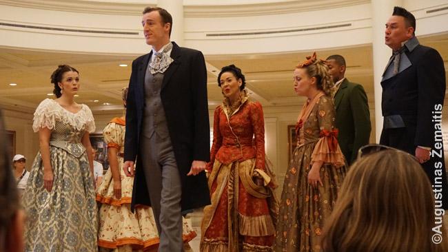 XIX a. amerikietiška muzika Disneilende. Kaip ir viskas, ištobulinta iki maksimumo: nuo aktorių aprangos iki tikroviško puošnaus XIX a. teatro