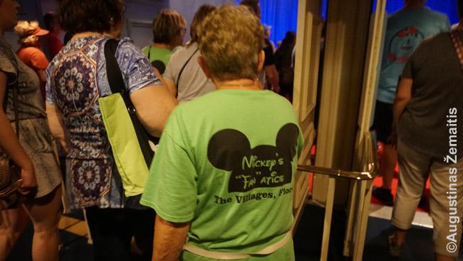 Senutė su marškinėliais 'Disnėjaus fanatė'. Amerikiečiams Disnėjaus pasaulis yra kažkas tokio ir daugybė jų šiai progai specialiai pasiruošia, įsigyja marškinėlius