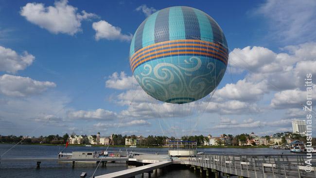 Disney Springs zonoje. Anapus ežero - Disnėjaus viešbučiai, o šiuo pririštu oro balionu galima pakilti ir apsidairyti po milžinišką Disnėjaus pasaulį