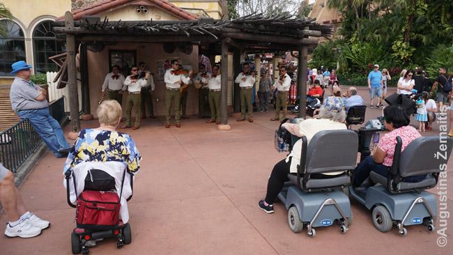Disnėjaus pasaulyej populiaru išsinuomoti neįgaliųjų vėžimėlius - juk atstumai dideli, o ir seneliai nori patirti Disnėjaus pasaulio džiaugsmą. Žmonės išsinuomotuose vežimėliuose čia klauso mariačių muzikos prie EPCOT Meksikos paviljono