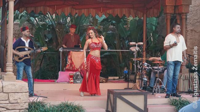 Pilvo šokis prie Maroko paviljono
