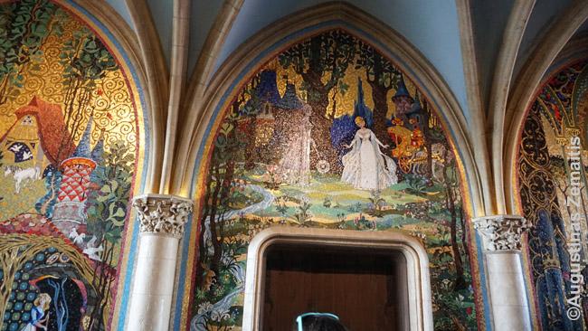 Tikros mozaikos su Disnėjaus herojais Pelenės pilies interjere