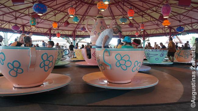 Besisukantys puodeliai Magic Kingdom. Panašaus pobūdžio karuseles gali rasti daug kur pasaulyje - ten ėjau tik todėl, kad tarp dviejų FastPass+ buvo likę laiko, kurio greičiausiai nebūtų užtekę atstovėti eilę prie rimtesnių atrakcionų