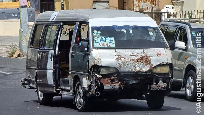 Santo Domingo viešasis transportas - tokie aplūžę mikroatousai ir 'concho' - ne mažiau aplūžę maršrutais važinėjantys taksi