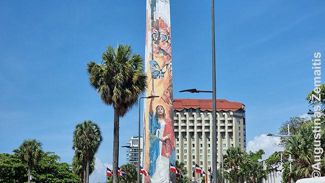 Obeliskas su indėnų piešiniais Malecon Santo Dominge