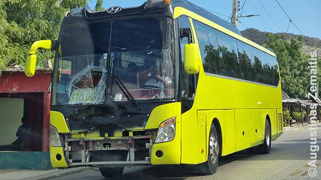 Iš Haičio į Dominikos Respubliką atvykstantis apdaužytas autobusas