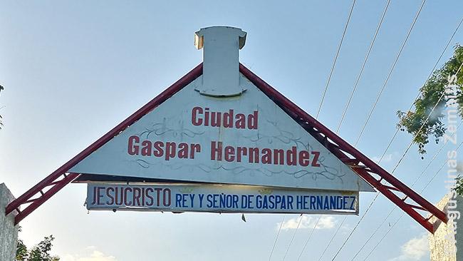 Įvažiavimas į Dominikos Respublikos miestelį pasitinka šūkiu, kad šio miestelio viešpats - Jėzus Kristus
