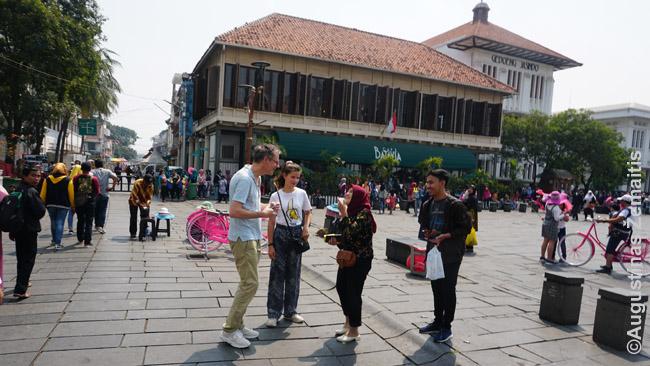 Centrinėje senamiesčio aikštėje vietiniai prašo fotografuotis užsieniečių. Čia pat mane užkalbino grupė geležinkeliečių, dar ir nuolat filmavusių, kaip kalbu angliškai; žmoną - keli skirtingi moksleiviai darę užsieniečių apklausas