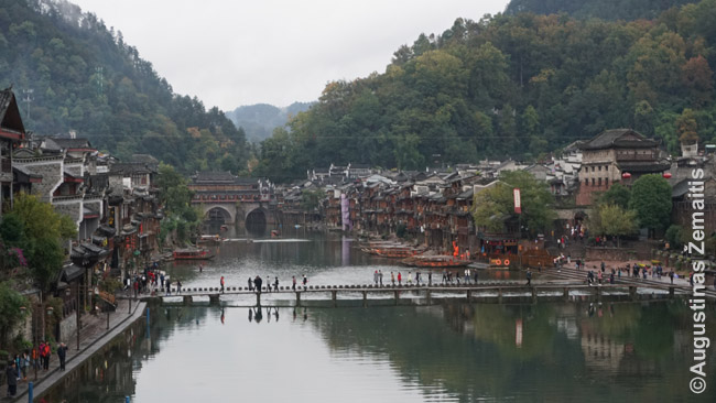 Fenghuangas ir jo dengtas centrinis tiltas tolumoje. Aplink tą tiltą - patys seniausi namai, bet nauji dabar irgi statomi tuo pačiu stiliumi