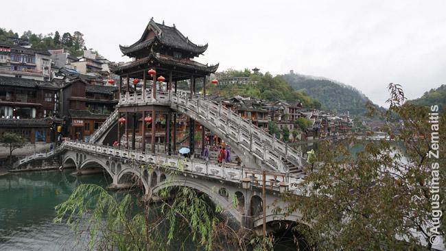Vienas gražiausių Fenghuango tiltų. Taip ir nesužinojau, ar jis senas, ar naujas, ar atstatytas - sename žemėlapyje jo nėra, tad, turbūt ne senas. Bet pažiūrėjęs - niekad neatspėtum.