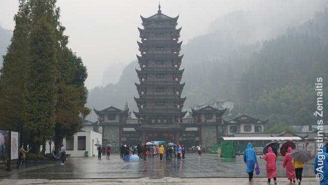 Įėjimas į Džangdziadzie nacionalinį mišką: kaip įprasta šiandieninėje Kinijoje, įkvėptas tradicinės architektūros