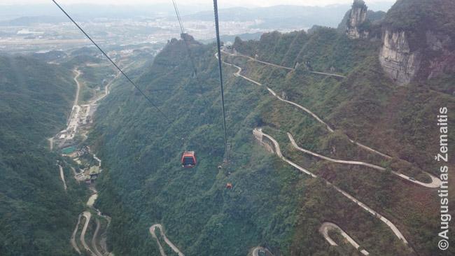 Ilgiausias pasaulyje lynų keltuvas kelia iš Džangdziadzie miesto į Tianmenio kalną su skyle per vidurį. Nusileidžiama itin vingiuotu keliu.