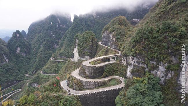 Vingiuotas kelias žemyn nuo Tianmenio