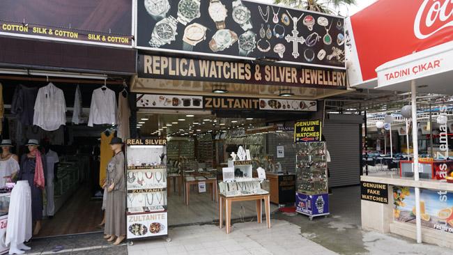 'Genuine fake watches' (Tikrų padirbtų laikrodžių) parduotuvė prie Efeso. Regione tokių 'spąstų turistams' labai gausu: pilna visokių aukso, odos centrų, kurie išpūstomis (kartais) kainomis stumdo savo prekes neatsiklausus ten užvežtiems keliautojams su ekskursijomis.