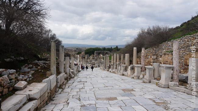 Efeso miesto gatvė - retenybė, nes dėl kalnuoto reljefo kiek užsisuka