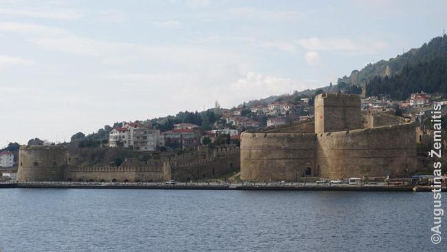 Dardanelų sąsiauris visad buvo labai svarbus, todėl aplink jį stovi ir Viduramžių pilys