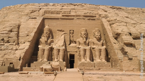 Abu Simbelo fasadas su keturiais Ramziais