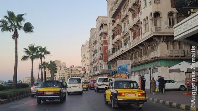 Aleksandrijoje atrodo niekas neremontuota ir nekeista 50 metų, įskaitant daugelį viešbučių. Bet kai pastatai gražūs, pastatyti turtingų XX a. pradžios pirklių iš Italijos, Prancūzijos ir kitur, tas nutriušimas atrodo net romantiškai
