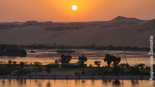 Saulėlydis žvelgiant nuo Asuano Nilo pakrantės promenados